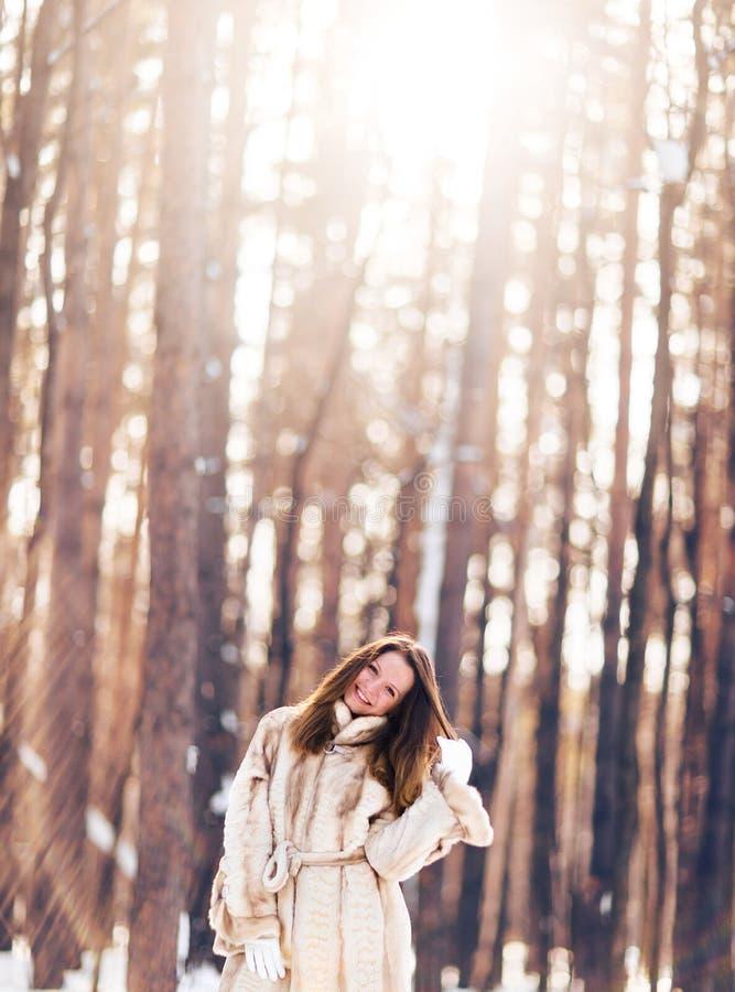 gå för flickasnow Vinter, förkylning och folkbegrepp arkivbild