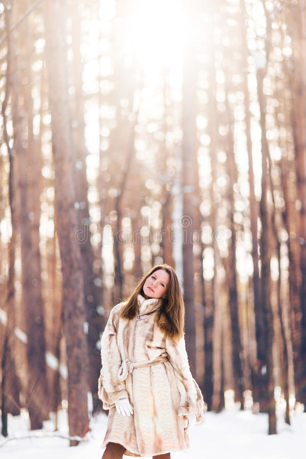 gå för flickasnow Vinter, förkylning och folkbegrepp arkivbilder