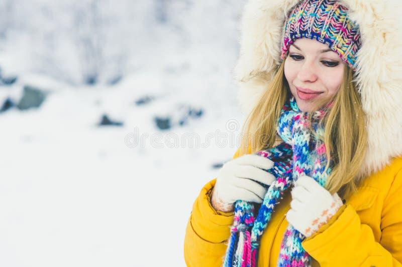 Gå för hatt och för halsduk för ung kvinna som lyckligt le bärande är utomhus- royaltyfri foto