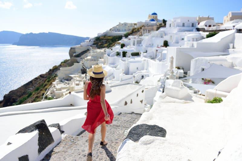 Gå för kvinna för Santorini semesterlopp turist- royaltyfri foto