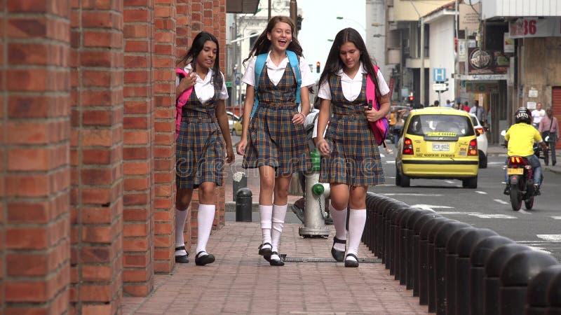 Gå för kvinnliga studenter för centrum tonårigt arkivbild