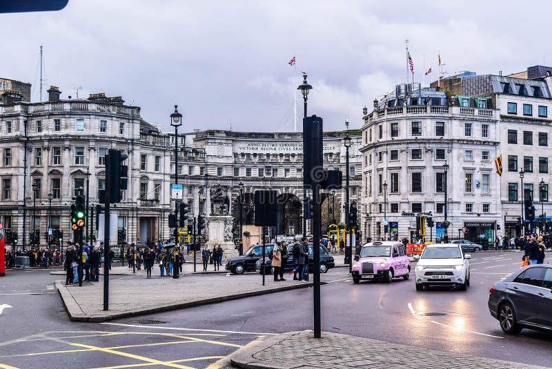Gå för London Trafalgar Square gatafolk royaltyfri bild