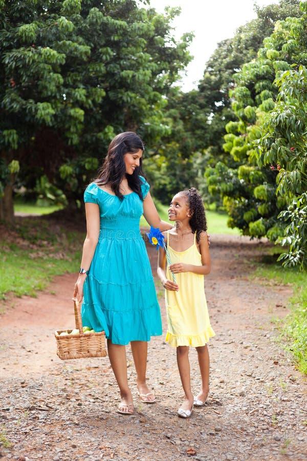 Gå för moder och för dotter royaltyfria foton