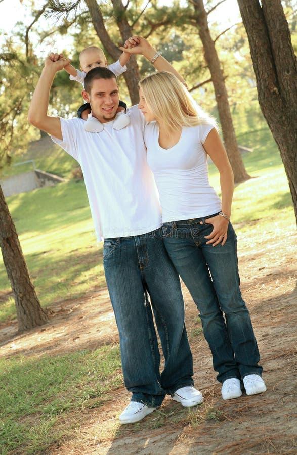 gå för park för caucasian familj lyckligt fotografering för bildbyråer