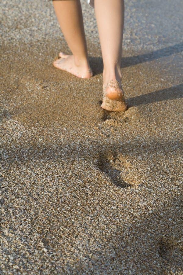 gå för sand arkivbild