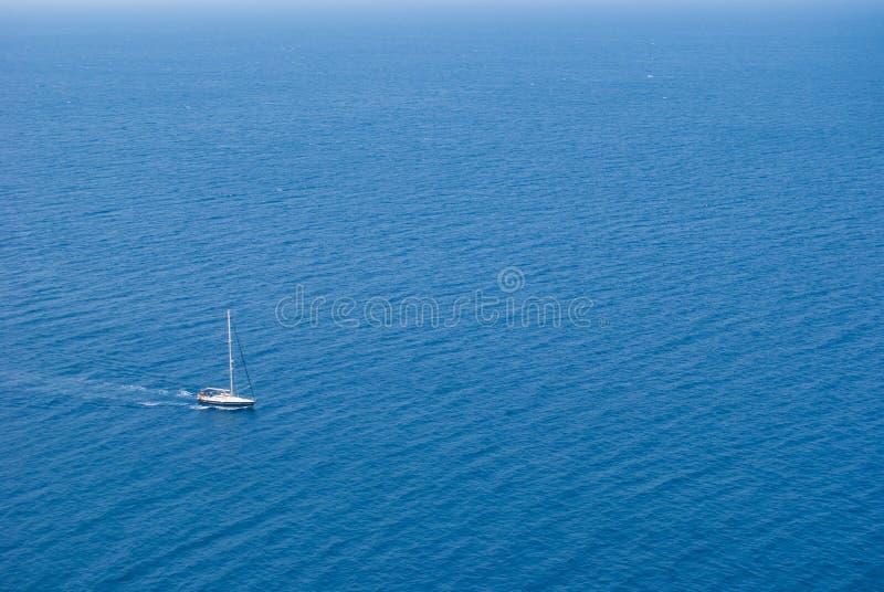 Gå för segelbåt som motoriseras i mitt av blåtten arkivfoton
