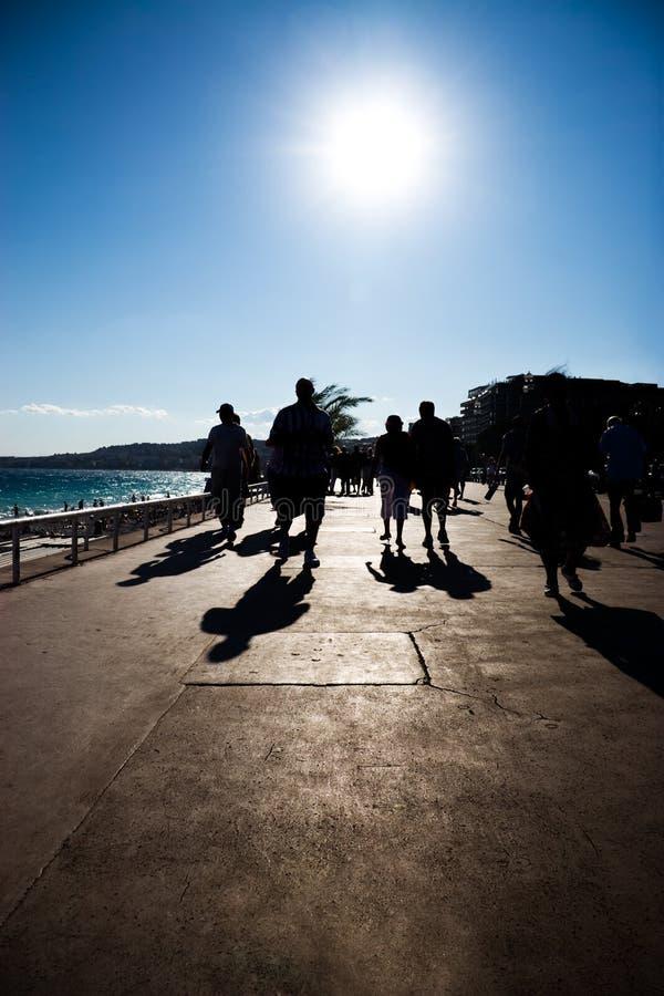 gå för silhouettes för kustfolkhav arkivbilder