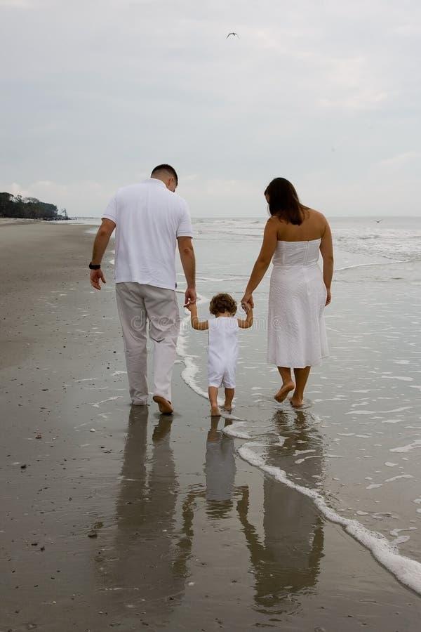 gå för strandfamilj arkivbild