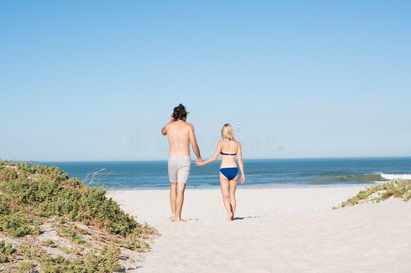 gå för strandpar royaltyfria bilder