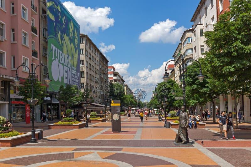 Gå folk på boulevarden Vitosha i stad av Sofia, Bulgarien arkivfoton