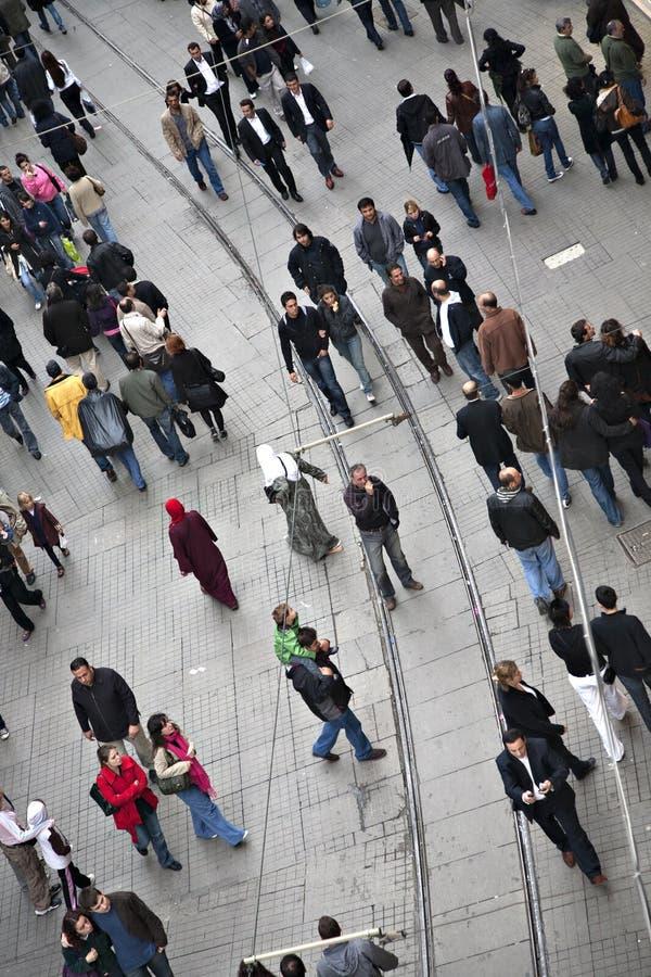 Gå folk på den Istiklal gatan i Beyoglu arkivbild