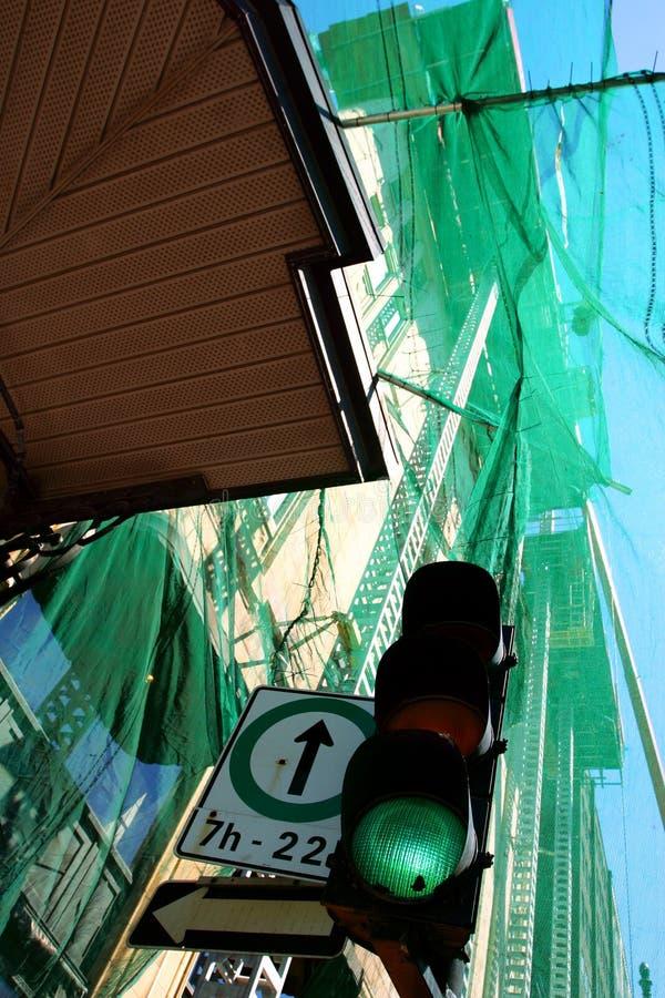 gå framåt grön betyder royaltyfria foton