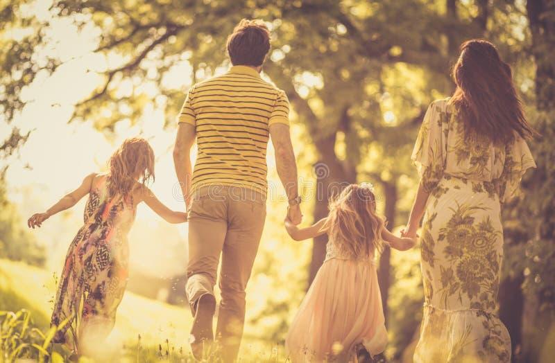 Gå honaturen med familjen arkivfoton