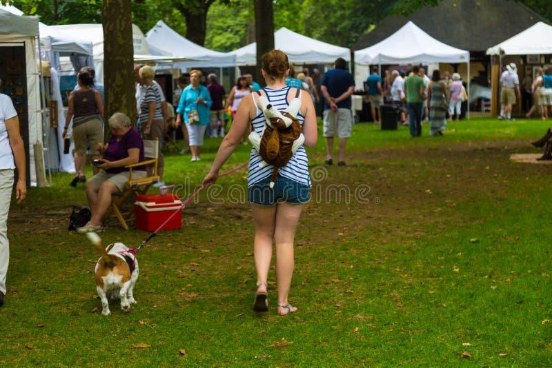 Gå hunden på Lititz utomhus- fina Art Show fotografering för bildbyråer