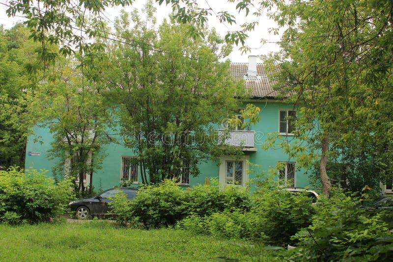 Gå i den Fryazino staden Juli 2019 f?r ukraine f?r leninanattgata zaporozhye sikt home gammalt fotografering för bildbyråer