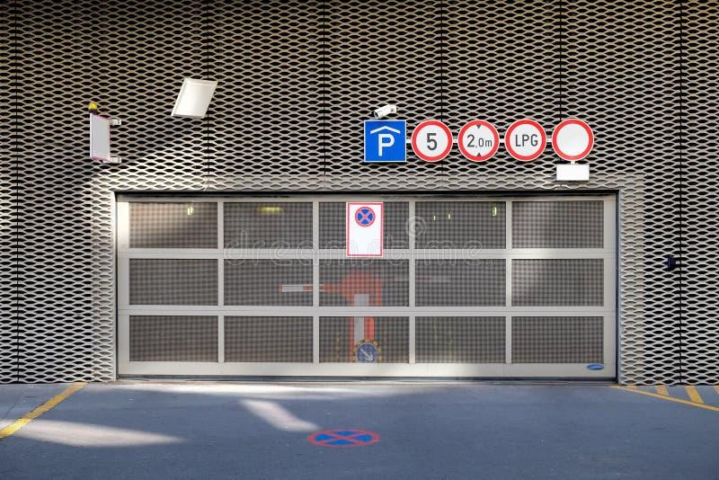 Gå in i det omogna garaget med skyltar arkivfoton