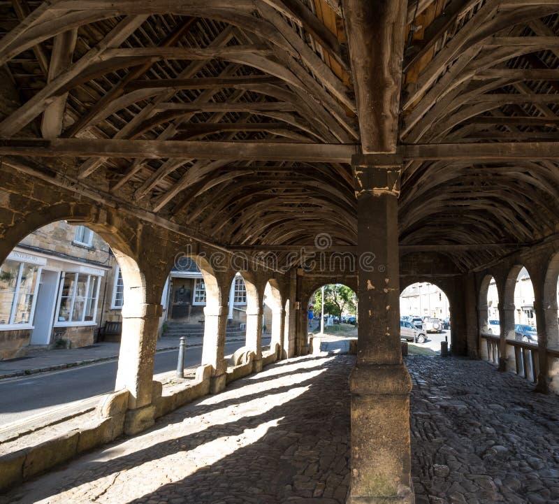 Gå i flisor Campden, Gloucestershire, UK Saluhall historiskt välvt byggnadsanseende i mitten av staden royaltyfria bilder