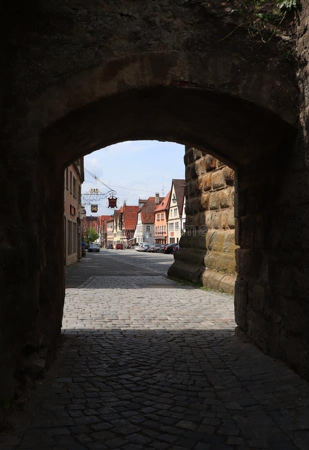 Gå in i Rothenburg obder Tauber till och med den historiska väggen royaltyfria foton