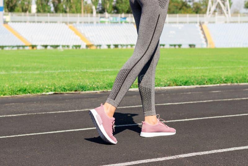 gå klar till Nära övre foto av skon av den kvinnliga idrottsman nen på den startande linjen Flicka på stadionspåret som förberede royaltyfri fotografi