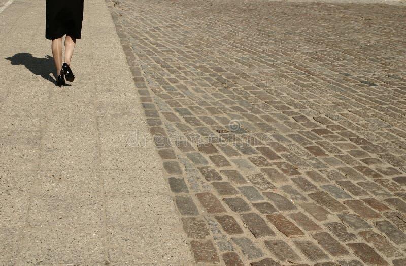 Download Gå kvinna arkivfoto. Bild av stenlägga, promenad, stads - 522520