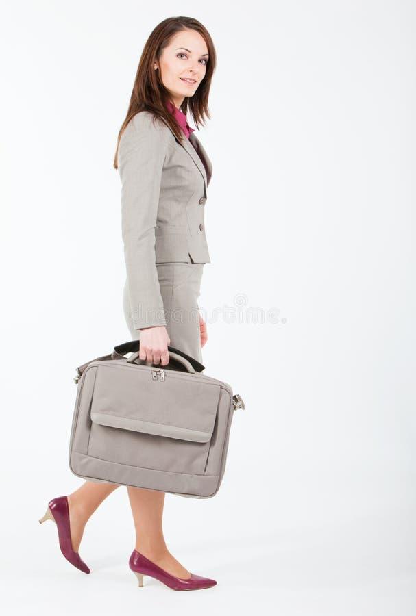 gå kvinna för affärsfall royaltyfria bilder