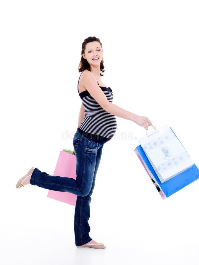 gå kvinna för lycklig gravid shopping royaltyfri fotografi