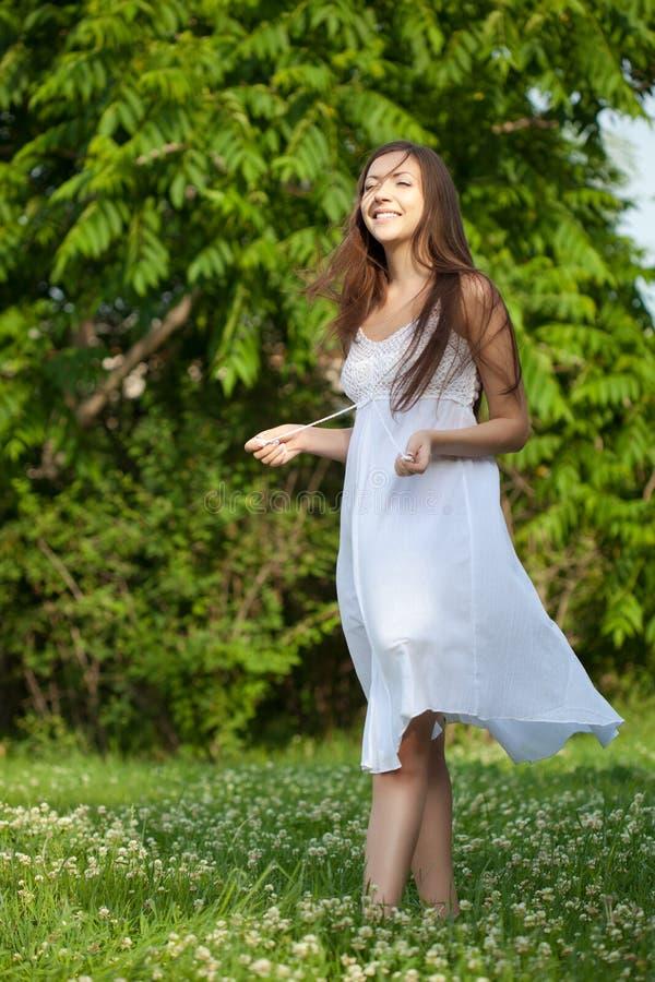 gå kvinna för lycklig park arkivbild