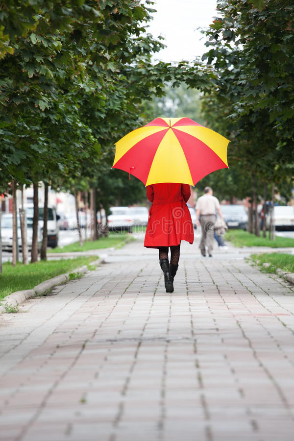 gå kvinna för paraply royaltyfria foton