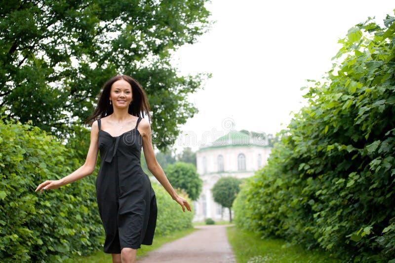 gå kvinna för park royaltyfri foto