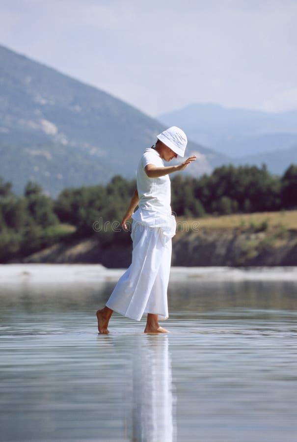 gå kvinnabarn för lake royaltyfria bilder