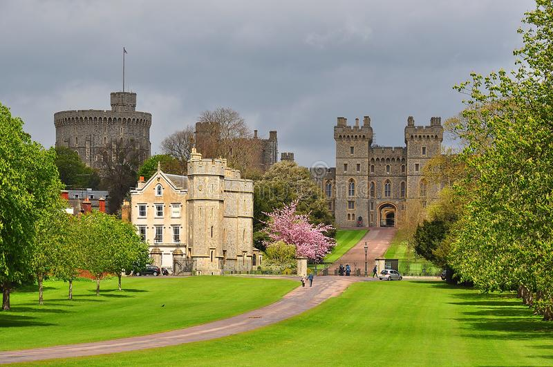 Gå länge gränden till den Windsor slotten i våren, London förorter, UK fotografering för bildbyråer