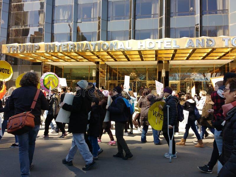 Gå med kryckor, det internationella hotellet för trumf & tornet, mars för våra liv, fordrande vapenreform, NYC, NY, USA royaltyfri fotografi