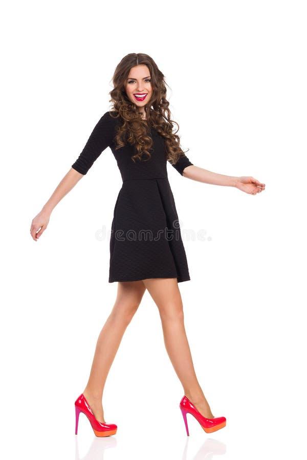 Gå modemodellen i svarta Mini Dress arkivbilder