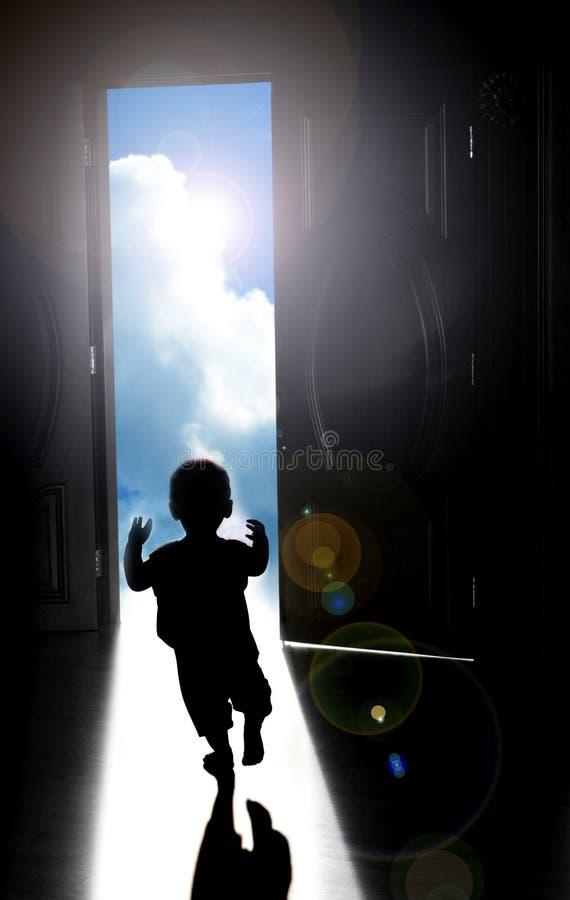 Gå in mot ljus framtid arkivfoton
