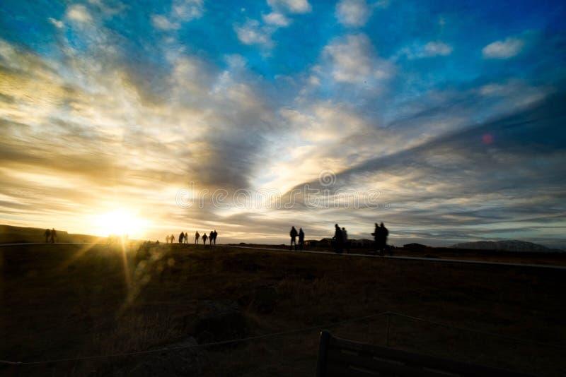 Gå in mot solnedgången royaltyfri bild