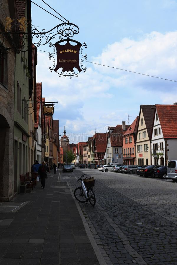 Gå ner en gata i medeltida Rothenburg obder Tauber royaltyfri bild