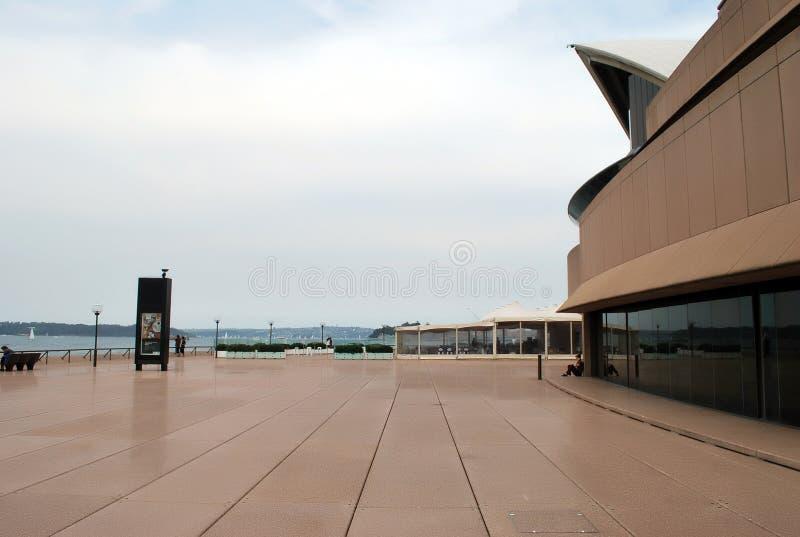 Gå område inom det Sydney Opera House territoriet bak platserna se denna fascinerande Sydney symbol arkivbild