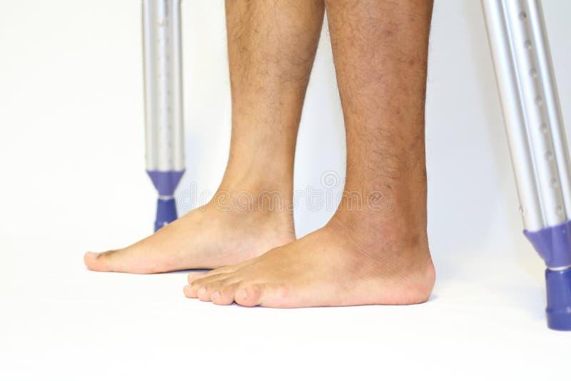 Gå på crutchs arkivfoton
