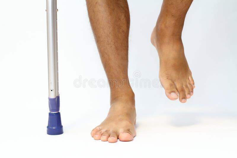Gå på crutchs royaltyfria foton