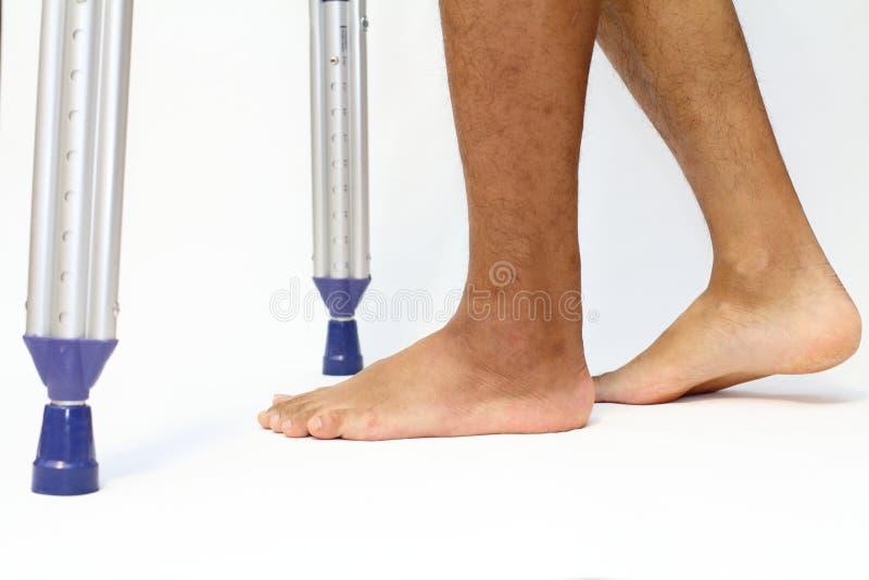 Gå på crutchs arkivbilder