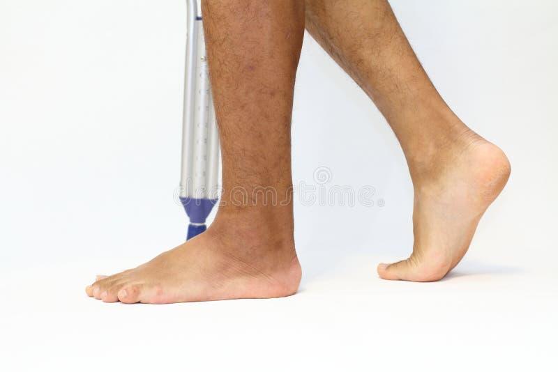 Gå på crutchs royaltyfri foto