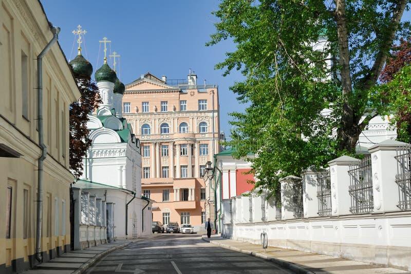 Gå på den Chernigovsky gränden - MoskvaCityscapes royaltyfri bild