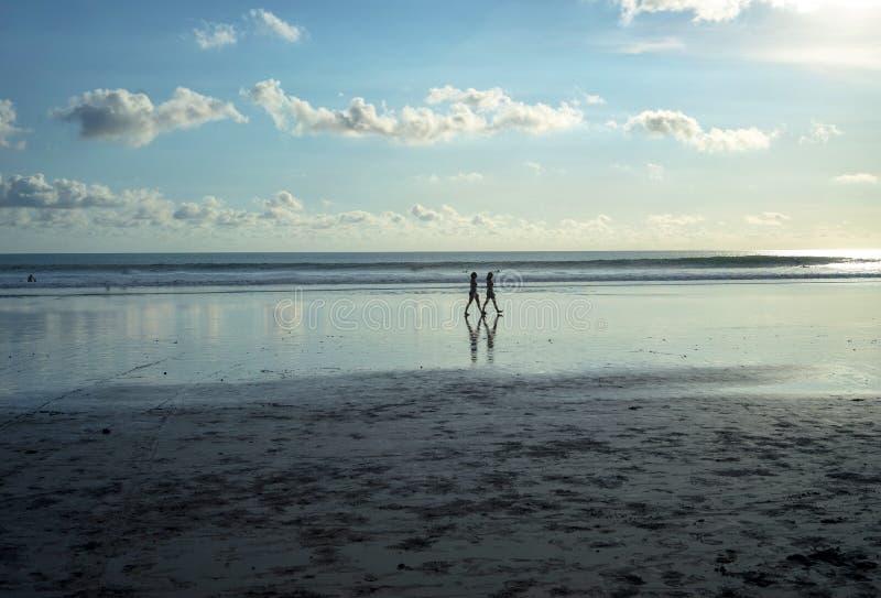 Gå på den Kuta stranden, Bali-Indonesien i solnedgångtiden fotografering för bildbyråer