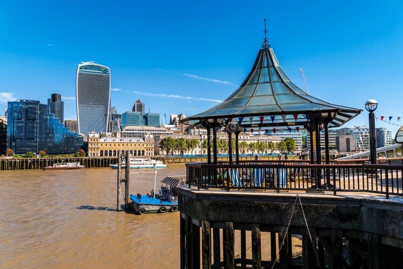 Gå på den London bropir från den södra banken av thamsefloden arkivbild