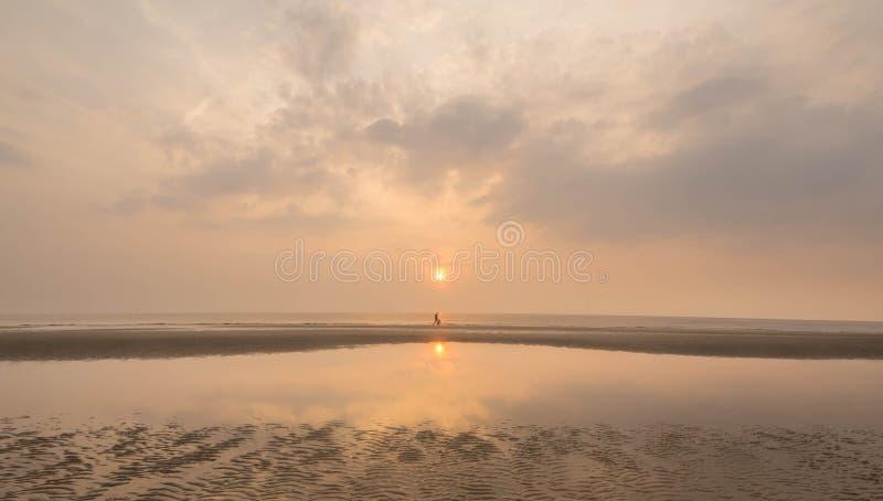 Gå på en fridsam solnedgång royaltyfri fotografi