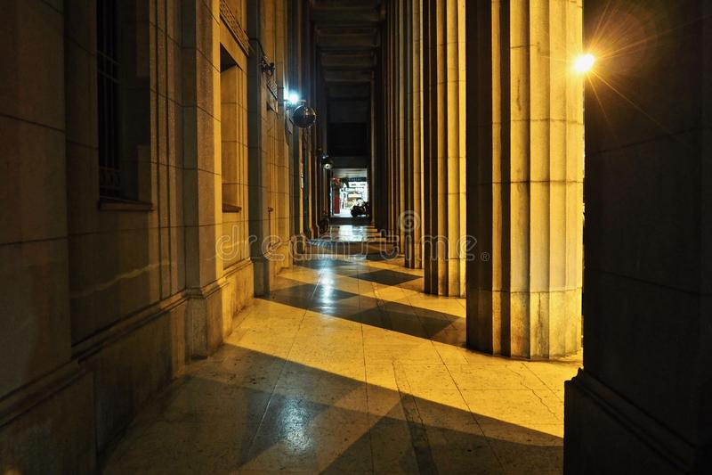 Gå på en korridor royaltyfria bilder