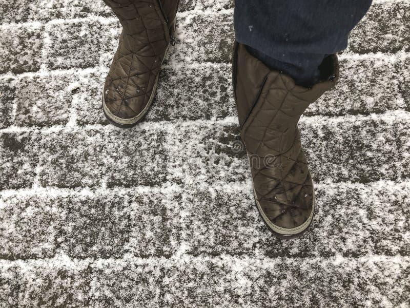 Gå på en kullerstengata under insnöad vinter royaltyfria foton