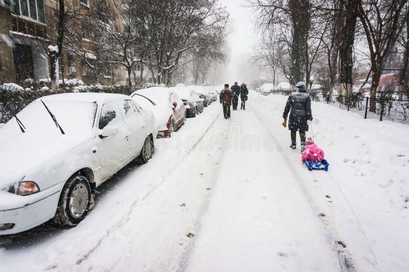 Gå på gatan i vinter fotografering för bildbyråer
