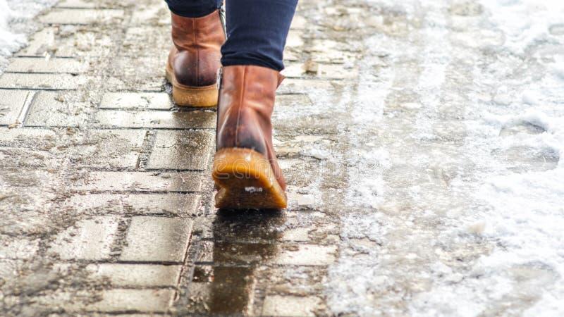 Gå på iskall trottoar arkivbild