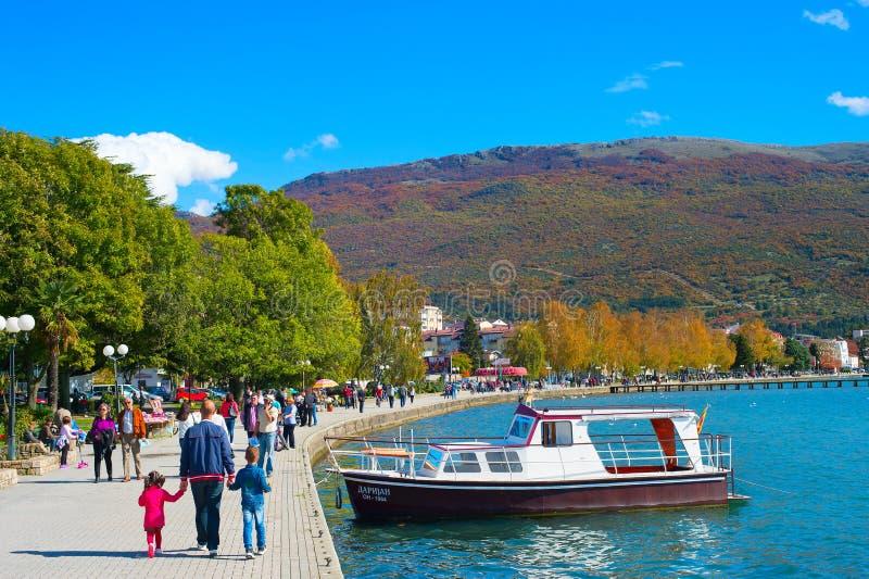 Gå på Ohrid sjön macedonia arkivbild
